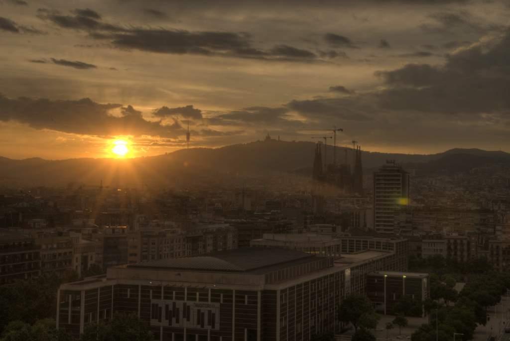 Sonnenübergang über Barcelona als HDR