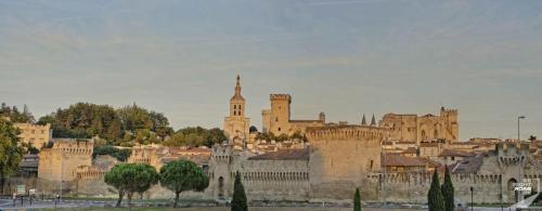 Avignon Stadtmauer im Sonnenuntergang