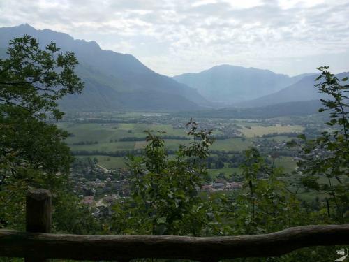 Blick aufs Tal hinter den Bergen