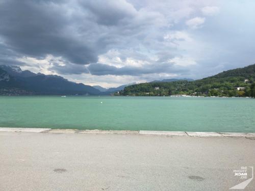 Lac d'Annecy unter Wolken