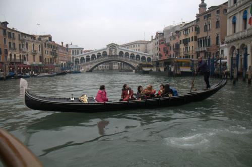 Tourieschaukel vor der Rialto Brücke