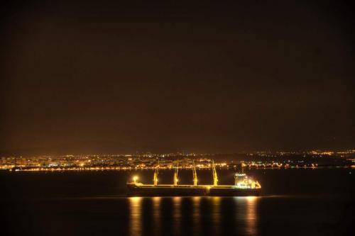 Container Schiff vor Lissabon