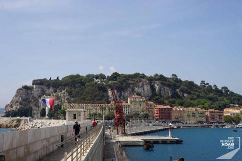 Kaimauer am Hafen in Nizza