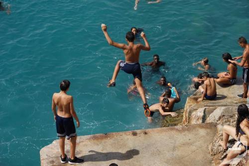Jugendliche springen in Nizza