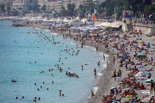 Touristenmassen am Strand in Nizza