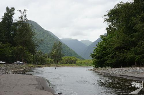 Waipi'o Valley geteilt durch einen Fluss