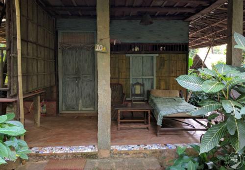 Bhakti Kutir Hütte Eingang