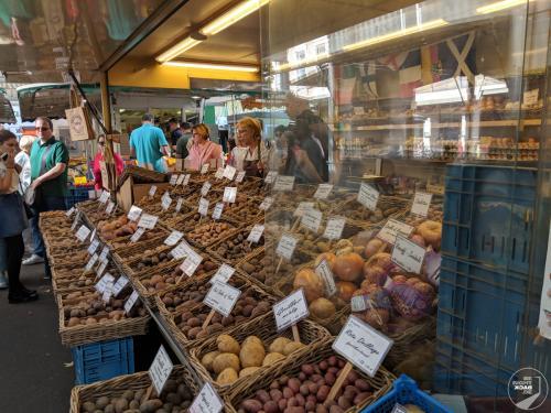 Kartoffelstand auf dem Markt am Carlsplatz
